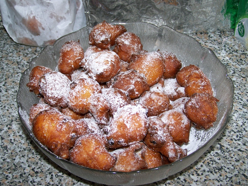A bowl of fritole doughnuts